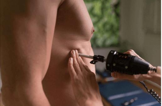 Chiropraktiker Toni Schubert behandelt mit KST Methode